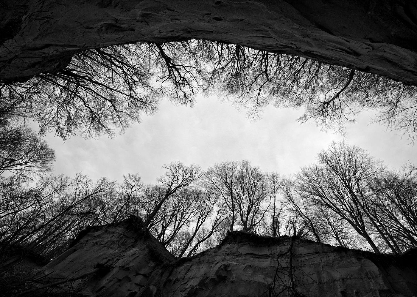 Canionul Mihaileni Sibiu alb negru vedere din interior