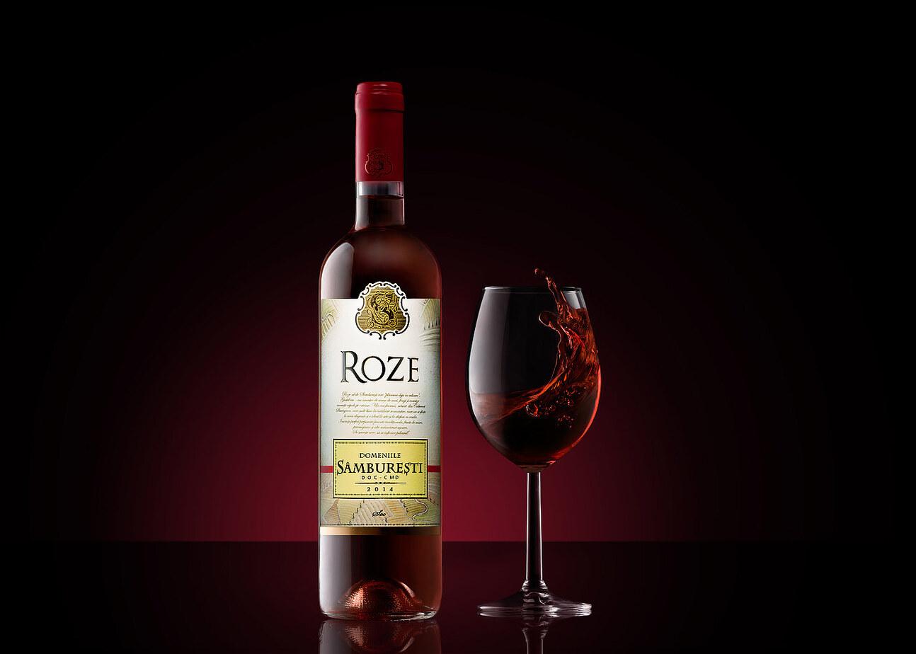 Concept Roze Samburesti pe fundal visiniu gradient si pahar de vin in miscare