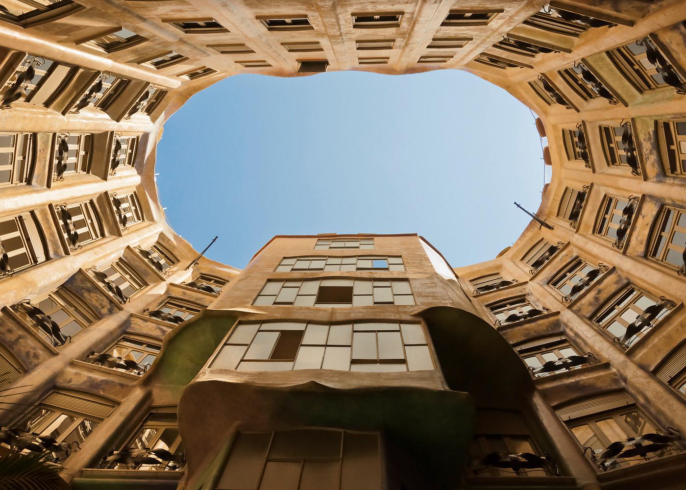 Curte interioara La Pedrera Barcelona arhitectura Antoni Gaudi