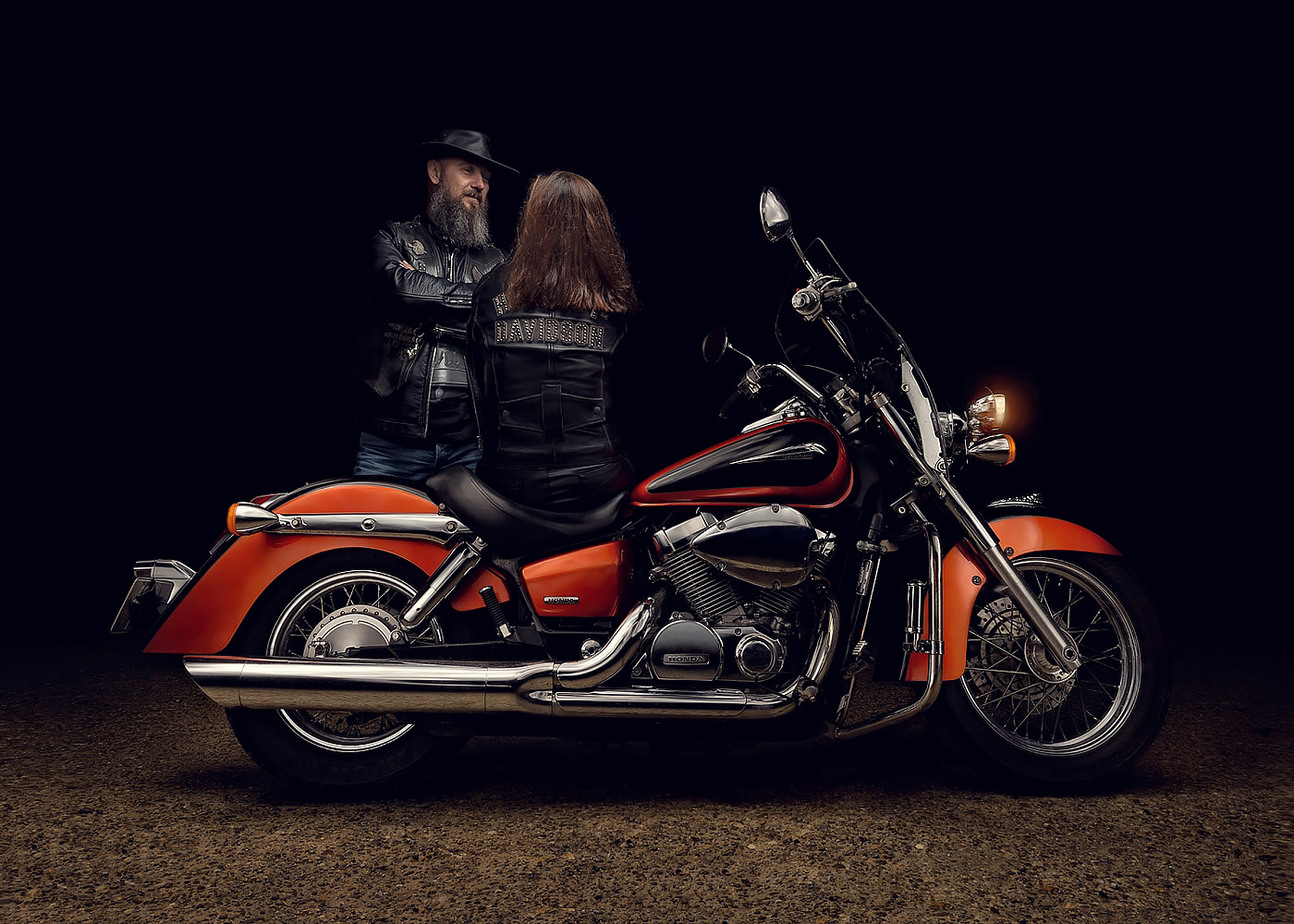 Motocicleta Honda clasica chopper cu oameni light painting