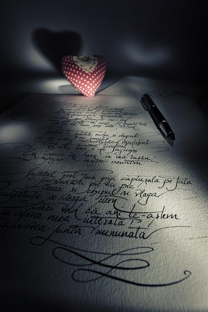 Poezie cadou cu caligrafie deosebita pe masa de scris in lumina