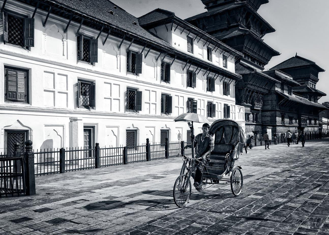 Rickshwas piata Durbar Square Kathmandu Nepal alb negru
