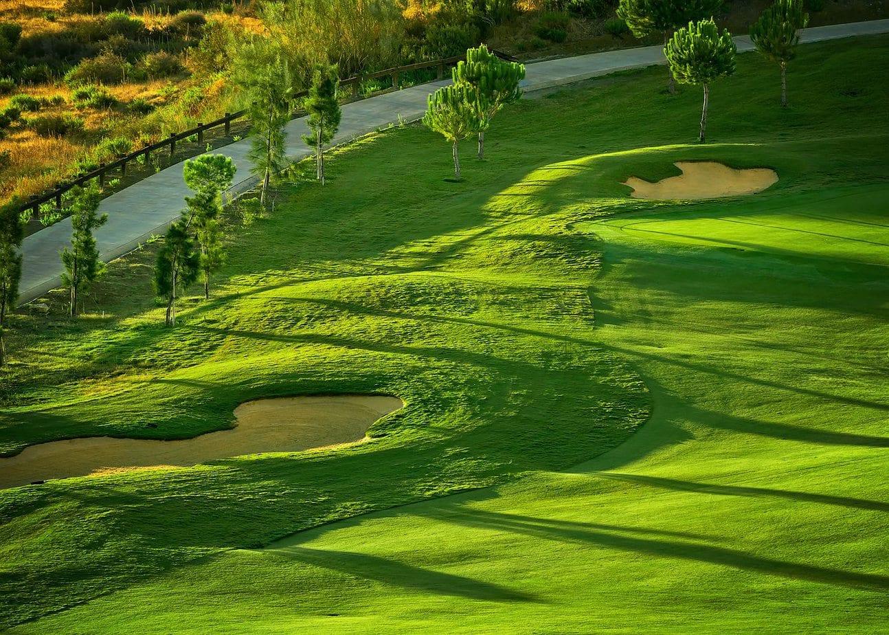 Teren de golf verde la rasarit Spania